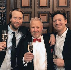 Johan Cedersjö (t v) tillsammans med två andra ÖSK-supporterprofiler, Joakim Sjöborg och artisten Johannes Räihä som liksom Cedersjö är medlem i Svartvita Stockholm. Foto: Privat