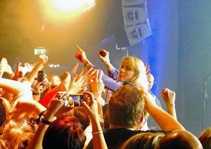 Maja Ivarsson var pigg på att interagera med de femhundra i publiken som letat sig till Liljan.