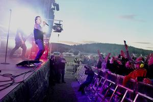 Takidas sångare Robban Pettersson på scenen, Bergsåkerstravets stallbacke  i bakgrunden. Foto: Björn Brånfelt.