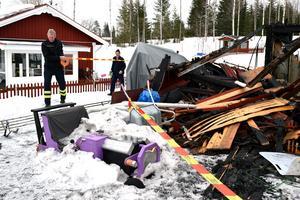 Brandplatsen spärras av eftersom det föreligger rasrisk; att mer av taket ska rasa in och väggar rasa ut.