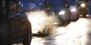 Det finns inget självändamål att behålla dagens skattetryck på bilismen. Om de klimatpåverkande utsläppen från bilarna minskar, så är det naturligt att skatten på bilarna minskar. Det är därför helt feltänkt att införa en kilometerskatt bara för att staten inte skall tappa skatteintäkter. Foto: Erik Johansen, TT.