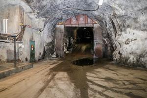Ingången till gruvan, som ur en James Bond-rulle.