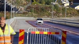 Mopeder och mopedbilar är de enda motorfordon som får passera över bron.