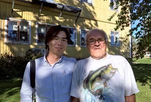 Japanska journalisten Tayumi Toguchi intervjuar Kenit Ankarkrona i Torpshammar om tvångssteriliseringen och ersättningen han fick från svenska staten. Bild:  Rieko Takahashi
