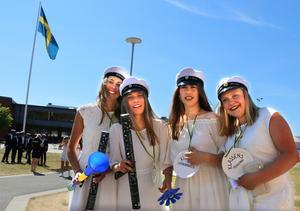 Emelie Karlsson, Ebba Christiernsson, Majken Olsson och Liv Olsson jublar ikapp.
