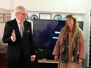 Bert Ulander hälsar Maggi Frisk välkommen.