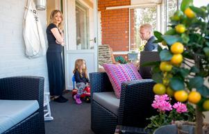 På den inglasade verandan har Benny och Mimmi sått frön.