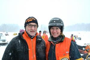 Ulrika Dahlqvist (till höger) med svärfar Tord Dahlqvist.