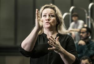 """Regissören Maria Sid instruerar under repetitionerna av pjäsen """"Min fantastiska väninna"""" för Kulturhuset Stadsteatern Foto: Lars Pehrson / SvD / TT"""
