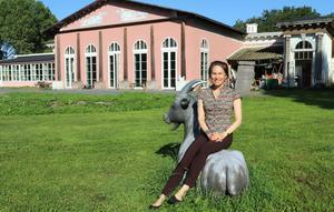 Konstnären Amalia Årfelt har skapat priset Gullspiran som delas ut vid Guldbaggegalan. Hon har också ställt ut i Orangeriet, där en