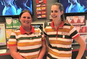 Madelene Håberg och Malin Andersson i förbutiken på Ica Kvantum i Avesta gläds över att ha sålt en Trisslott med TV-vinst. Foto: Ica Kvantum Avesta.