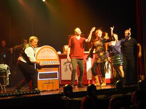 Charlie, Peter Östlund, och hans älskade jukebox. Foto: Frida Trygg Stöffling