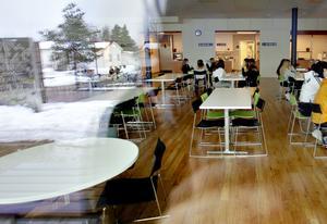 Perslundaskolan i Ockelbo serverar skolfrukost.