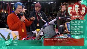 Julius och Björn har tidigare varit med i Musikhjälpen, men det här året slog duon rekord i insamlade kronor. Björn Daniels är till vänster i bild, Orsasonen Daniel Riley i mitten och Julius Aspman till höger.Foto: Skärmdump/SVT