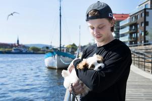 Jonathan Dahlén och nya familjemedlemmen Millie njuter av ledigheten på Norra Kajen i Sundsvall. Här ska Dahlén ladda om efter vintern i Nordamerika.