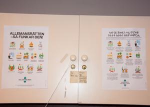 I dag håller en internationell församling till i Nackstakyrkan. Sådana här skyltar på många språk kan gudstjänstfirarna läsa till kyrkkaffet.