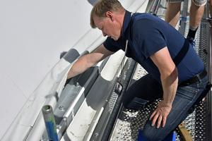 Niklas Nyberg visar hur robust duken är fäst under stålbalkarna.