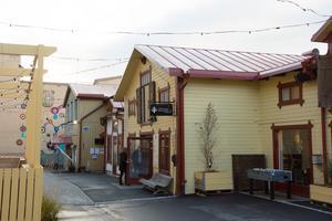I det före detta förrådet  och soprummet  finns numera Hamngatan 12 magasinet med en levande innergård.