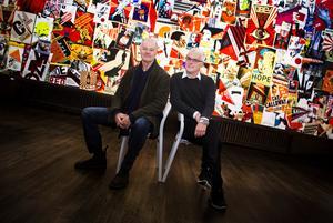 Stenberg och Castenfors framför väggen av efterföljare och kopior.