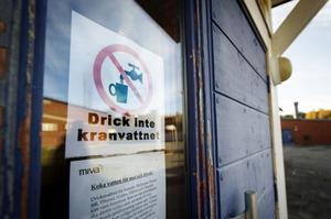 Ett anslag vid skolans entré upplyser om att man inte ska dricka kranvattnet i skolan.
