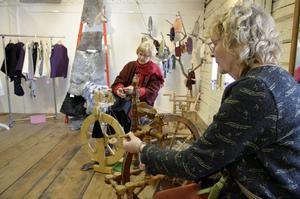 Spinnrockar. Kerstin Holmberg och Marre Cederlund spinner ull.