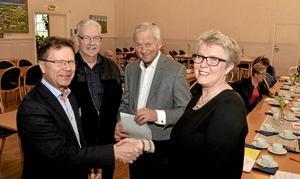 Lokalt stöd.  Bergslagsbröderna Gunnar Gillman,  KG Johnsson och Lars-Göran Larsson  gav väntjänstens ordförande Harriet Sahlin ett välkommet bidrag.