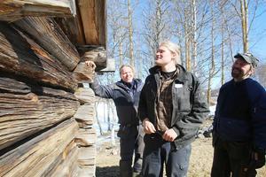 Karl Smedborn från Mora, Johan Kihlgren från Orrmo och Peter Svensson, Malung, studerar en av ladorna på Gammelgården i Lillhärdal för att lära sig med traditionell byggnadsteknik.