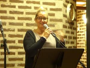 Utan arrangörer står vi oss slätt. Svenska kyrkan gör en stor insats, som håller igång musiken. Erika Sjödin är en eldsjäl som det slår gnistor om och nu har hon sparkat igång en ny termin på Café Kyrkbacken genom att starta upp med Jack W Gårdstedt.