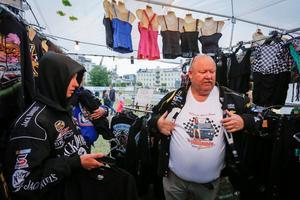 Richard Lindell och Pette Persson från Klippan har varit i Västerås sedan onsdag. Här provar de nya t-skjortor.  Foto: Lennye Osbeck.