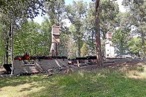 En scoutstuga och ett hönshus brann upp den 20 juli.