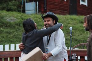 Adrian Reinmann, arrangör för evenemanget,  delar ut pris till årets vinnare.