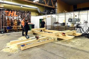 Hans-Ove Hansson, Marit Norin och Torbjörn Zakrisson bygger just nu kälken som ska användas den 10 februari.
