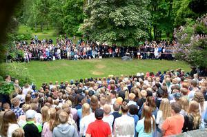 En stor kör bestående av Söråkers skolas alla elever underhöll publiken på skolavslutningen.