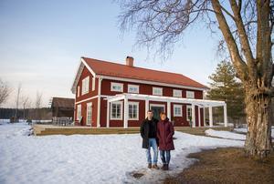 När de först kom till Bänkås för tre år sedan var huset förfallet med en förvuxen tomt.  Nu står en utbyggt och upprättat gård på samma plats.