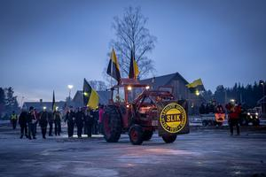 SLIK-supportrarna samlades redan tre timmar före match vid SLIK Arena. Därefter gick man tillsammans över Seljabron till Östnor. Foto: Mats Hallin