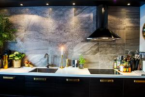 Köket var tidigare vitt men för tre år sedan renoverades det och fick en helt annan karaktär – svart, lite rått och industriellt.