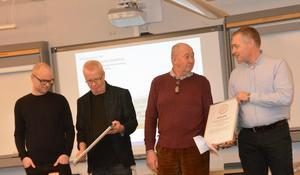 Här tar tekniska kontoret med tekniska nämndens ordförande Anders Jörgensson i spetsen emot priset som gått till arbetet med Huskvarna stadshus.