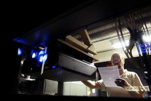 Leif Pettersson manövrerar Elektras nya digitala projektor.