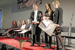 Emma Karlsson, BEL-pristagare, fotograferas tillsammans med Staffan Hörnberg och Kerstin Åkerstedt.