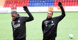 Christian Kouakou och Bantu Mzwakali värmer upp under fredagens träning.