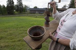 En kvarn för lingon men också potatis är med största sannolikhet det redskap som Kerstin Nyströmn i Brunnsberg fann på en auktion.