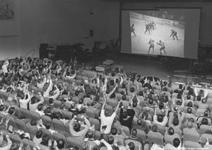 Direktsändning av ishockeymatch Örebro-Frölunda i Örebro konserthus 1987. Foto: Specialfoto Åke Ahlstrand (Bildkälla: Örebro stadsarkiv)