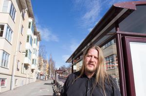 Patrik Liljeglöd (V) är kritisk mot att lottning måste avgöra majoriteten  i kommunstyrelsens utskott, eftersom ställningen är så jämn.  Det politiska läget blir ännu mer instabilt, anser Liljeglöd .