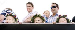 Midsommar i Sevalla 2011. Fredrik Skoglund och Robin Alsbäck med barn åker traktor. Foto: VLT:s arkiv