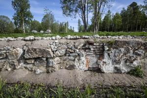 Den gamla muren kommer från ett av växthusen som låg här tidigare, när Hanssonska trädgården fanns på platsen.
