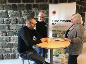Jessica Morelius, Patric Englund och Håkan Pettersson, medarbetare vid Stora Enso Fors Bruk diskuterar säkerhet. FOTO: STORA ENSO