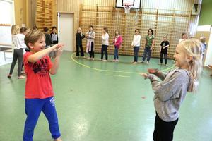 Isar Stenberg och Tuva Ståhl  utmanar varandra med rörelser.