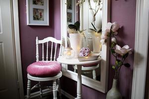 Den runda rosa kudden kommer från Rusta. Stolen är köpt på second hand.