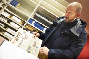 Magnus Söderlund bläddrar i det första numret av den omgjorde Söderhamns Nytt med journalistiskt innehåll.