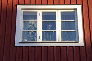 Ett av fönstren på Prästbordet 1:17. Enligt Thomas Blom är hela byggnaden i dag privat hyreshus. Alla lägenheter är också för nuvarande uthyrda. De hyrs ut av Tidernas Hus i Ockelbo.